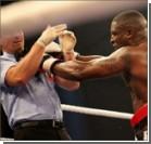 Недовольный боксер отправил судью в нокаут. Видео