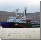 Российские следователи осматривают задержанное судно Greenpeace