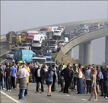 В Англии из-за тумана столкнулась сотня автомобилей, пострадали 200 человек. ФОТО