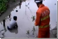 В Китае подростка спасли из зыбучего песка