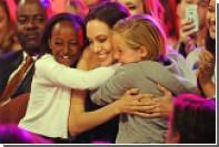 Дети Анжелины Джоли и Брэда Питта останутся с матерью