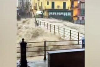 В Италии вышедшая из берегов река подтопила город Гарессио