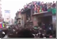 В Индии во время мусульманского праздника обвалился балкон со зрителями