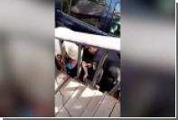 Американский полицейский избил женщину