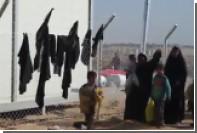 Сбежавшие из Мосула женщины побросали паранджи на забор центра размещения