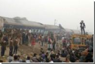 Число жертв крушения поезда в Индии превысило 100 человек