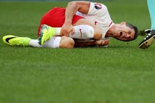 Нападающий «Баварии» Левандовски пострадал от брошенной на поле петарды