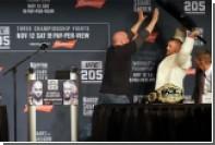 Чемпион UFC Макгрегор попытался бросить в соперника стул на пресс-конференции