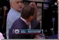 Болельщик клуба НБА ударил тренера локтем в лицо во время матча