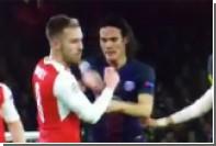Хавбек «Арсенала» Рэмси изобразил боль после скользящего удара по лицу от Кавани