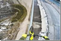Велосипедист проехал по ограждению 200-метровой плотины