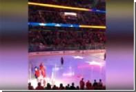 Хоккейные болельщики помогли певцу исполнить гимн США перед матчем НХЛ