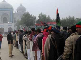 150 тысяч пакистанцев пришли к мавзолею Бхутто