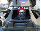 В Лондоне протестанты на танке захватили бывшее здание суда  / Виновные в экономическом кризисе должны быть преданы правосудию, считают участники акции