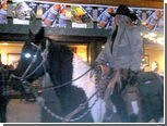 Компания всадников заехала в паб на лошадях