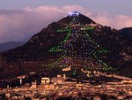 Папа Римский превратил планшет в пульт управления рождественской елкой