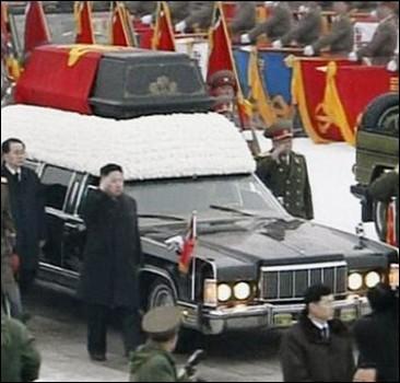 Тело Ким Чен Ира вместе с вагоном, в котором он умер, переместили в мавзолей