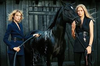Versace устроил моделям скачки по сельской местности