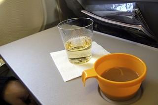 СМИ сообщили о планах легализовать продажу спиртного авиапассажирам