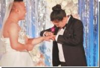 В Китае жених надел свадебное платье из-за страха невесты показаться толстой