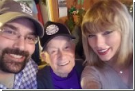 Тейлор Свифт пришла на рождественскую вечеринку к 96-летнему поклоннику