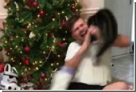 На взволнованного рождественским подарком американца напал кот