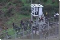 Сотни мигрантов попытались перелезть через забор на испанской границе