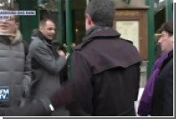Появилось видео нападения неизвестного на Мануэля Вальса с пакетом муки