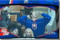 Попавший в камеру для поцелуев хоккейный фанат чмокнул стакан пива