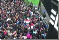 В Индонезии футбольные фанаты пострадали в давке за билетами